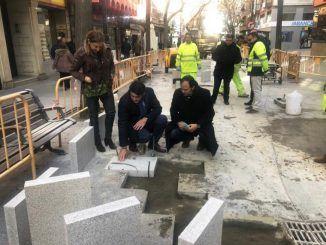 Avanzan a buen ritmo las obras de reparación del pavimento en la zona peatonal de la calle Mayor de Alcorcón