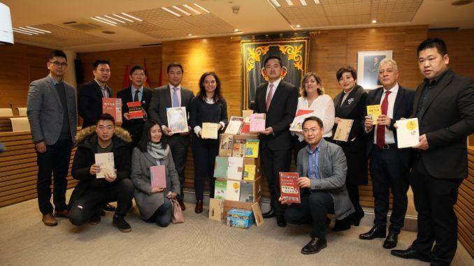 La Asociación de Chinos en España regala 103 libros al Consistorio de Getafe sobre su cultura