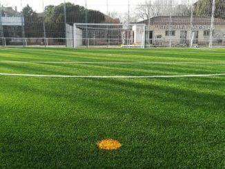 Un campo de fútbol con una portería