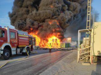 Un incendio provocó la quema de 15.000 metros públicos de material reciclado en Alcorcón
