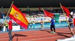 Carlos Hernández, Paula Llorente yJavier Molina portando las banderas de España, de la Comunidad de Madrid y de Alcorcón