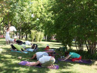 Fuenlabreños y fuenlabreñas practican yoga, aeróbic y tai-chi en los parque de Fuenlabrada