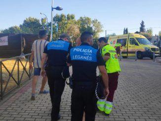 Policía municipal de Leganés atendiendo a la militante agredida