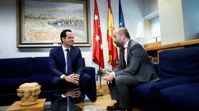 El presidente de la Asamblea de Madrid, Juan Trinidad (d), y el candidato de Ciudadanos a la presidencia de la Comunidad, Ignacio Aguado (i), en la ronda de contactos que mantuvieron el 9 de julio de 2019.