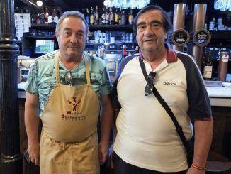 Quique Abanades, dueño del bar 'El viejo café', y de Vicente, uno de los usuarios del comedor social 'Paquita Gallego'.