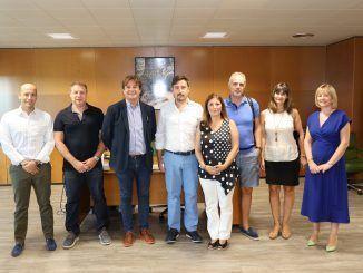 Ayala y representantes de empresas y entidades de los sectores de tapicería y pavimentos tras la firma de los convenios.