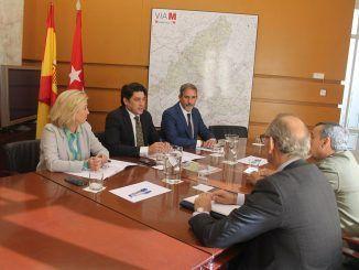 El consejero de Vivienda y Administración Local, David Pérez, con el presidente de COAPI, Jaime Cabrero, y los miembros de su Junta directiva.