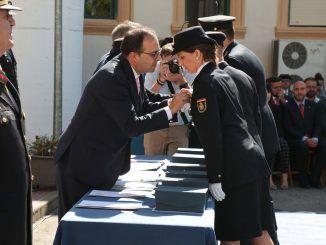 Santiago Llorente reconociendo su labor a varios agentes de policía.