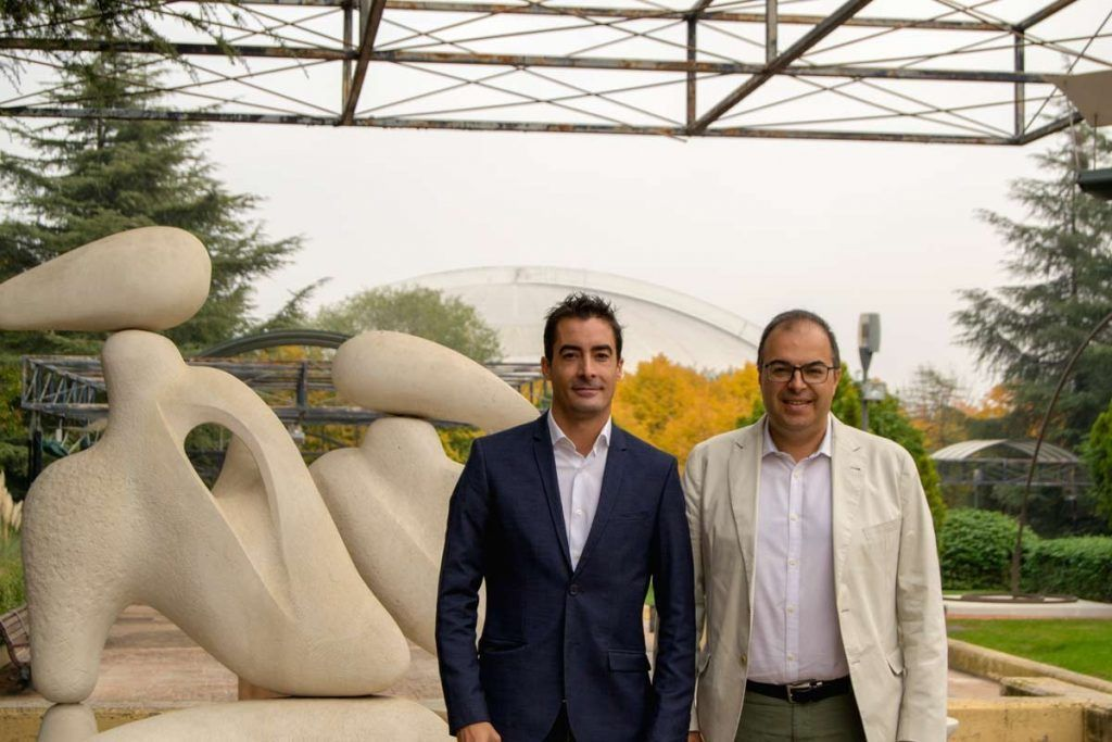 Santiago Llorente junto con José Manuel Roldán en el museo al aire libre de escultura de Leganés.