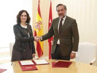 La presidenta de la Comunidad de Madrid, Isabel Díaz Ayuso, y el presidente de la Cámara de Comercio, Industria y Servicios de Madrid, Ángel Asensio.