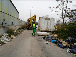 El Ayuntamiento de Móstoles finaliza la retirada de residuos de la calle Puerto de Almenara en el Polígono de las Nieves