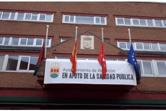 Una pancarta en el balcón del Ayuntamiento, símbolo del apoyo a la sanidad pública y a todos los profesionales sanitarios
