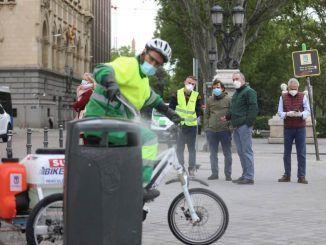 El Ayuntamiento de Madrid prueba un triciclo eléctrico para la desinfección de papeleras