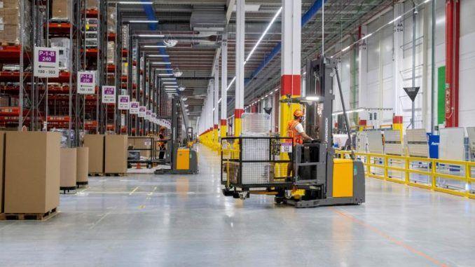 La multinacional de comercio electrónico Amazon priorizará en la contratación de vecinos y vecinas residentes en Móstoles para formar la plantilla de su nuevo centro logístico radicado en la localidad.