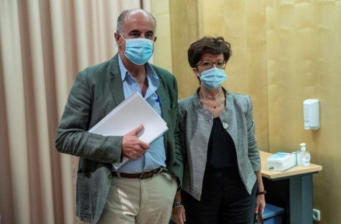 El viceconsejero de salud de la Comunidad de Madrid, Antonio Zapatero (i), y la directora general de Salud Pública, Elena Andradas (d), durante una rueda de prensa en la consejería de Sanidad de la Comunidad de Madrid en Madrid, este martes.