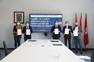 Mariano Fuentes, titular del Área de Desarrollo Urbano; Álvaro González, concejal delegado de Vivienda y presidente de la EMVS; y Diego Lozano, consejero delegado de la EMVS.