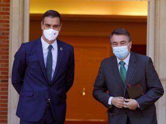 presidente del Gobierno, Pedro Sánchez, recibe al portavoz del PNV en el Congreso, Aitor Esteban (d), en el Palacio en La Moncloa
