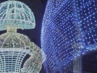 Los trabajadores esenciales encienden las luces de Navidad en Madrid