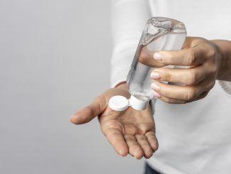 Una persona aplicándose gel desinfectante