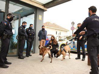 Policías con dos perros