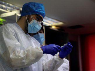 n sanitario (i) prepara una dosis de la vacunas contra la covid-19 en la residencia de mayores Vallecas.