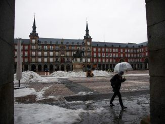 Varios operarios continúan con la retirada de nieve de la Plaza Mayor de Madrid, este miércoles.