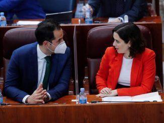 La presidenta de la comunidad de Madrid, Isabel Díaz Ayuso, y el vicepresidente, Ignacio Aguado, hablan minutos antes del inicio de la sesión