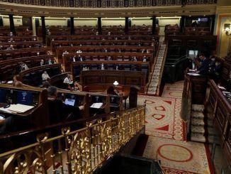 El presidente del Gobierno, Pedro Sánchez (d), comparece ante el Congreso de los Diputados.