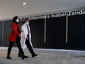 La presidenta de la Comunidad de Madrid, Isabel Díaz Ayuso en su visita al Zendal