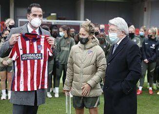El vicepresidente de la Comunidad de Madrid junto al presidente del Atlético de Madrid, Enrique Cerezo y la capitana del Atlético de Madrid Femenino, Amanda Sampedro