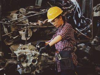 Mujer trabajando en el sector industrial