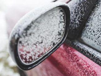 Retrovisor del coche congelado
