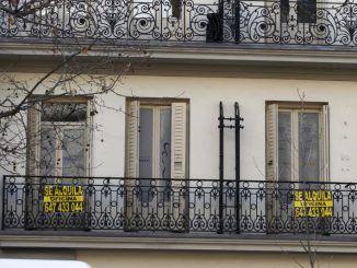Carteles de alquiler en un edificio de viviendas en Madrid.