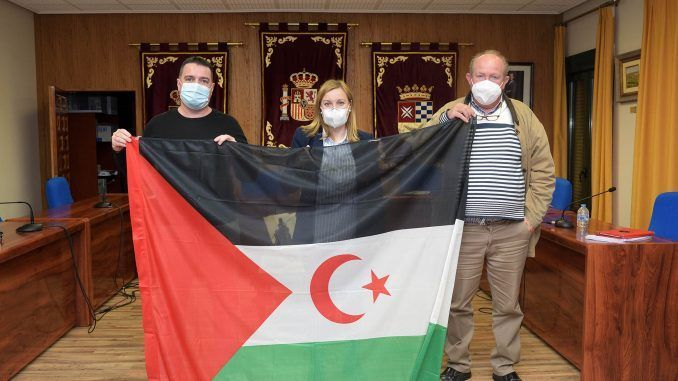 La bandera saharaui ondea en la fachada del ayuntamiento de Argamasilla de Alba