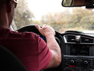 Un hombre sujeta un volante conduciendo