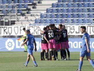 Los jugadores del Sabadell haciendo un corro en el estadio Fernando Torres