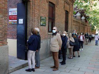Largas colas en unas elecciones en Madrid en día laborable y con pandemia
