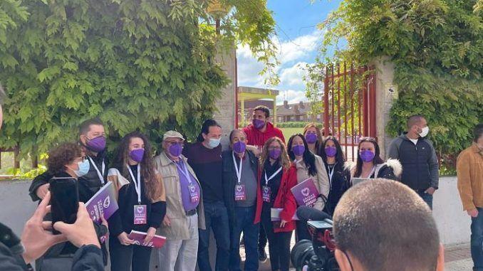 Pablo Iglesias acompaña a Jesús Santos en la votación del 4 de mayo a la Comunidad de Madrid en Alcorcón