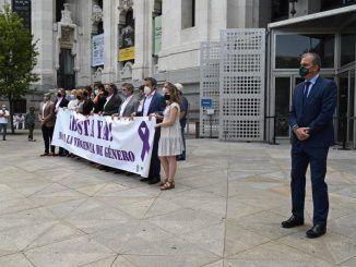 Vox acude al acto en memoria de niñas de Tenerife pero no sujeta la pancarta