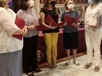 Varias mujeres firman los convenios para erradicar la trata y prostitución