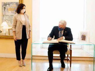 Díaz Ayuso se reúne con el encargado de negocios de EEUU en España para fomentar las relaciones comerciales e institucionales
