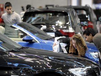 Varias personas en El Salón del Vehículo de Ocasión y Seminuevo de Madrid